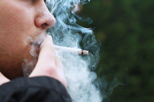 喫煙男性タバコ2