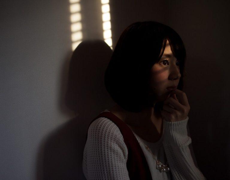 匿う・怯える女性